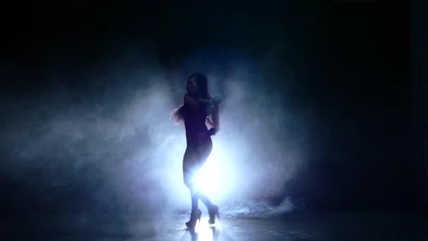 gyönyörű lány, hosszú, fekete haj, fekete fürdőruhát ült a földön, lassú mozgás, füst