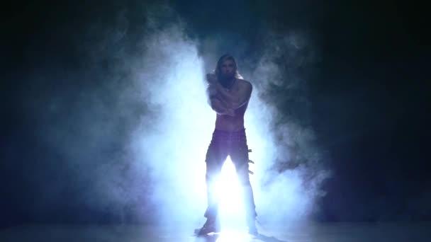 Celé délce silueta tanečnice mladý muž. Zpomalený pohyb, kouřové