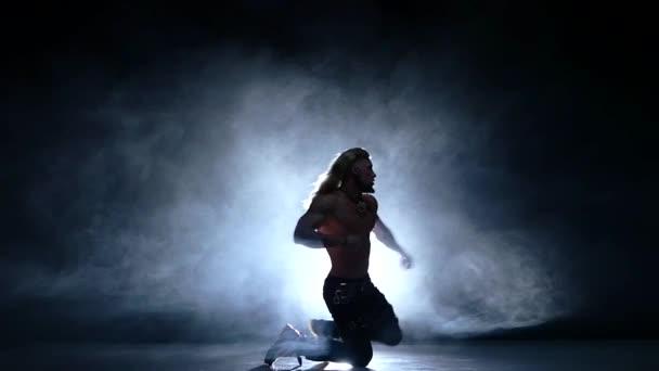 Mladý tanečník na podlaze. Zpomalený pohyb, kouřové
