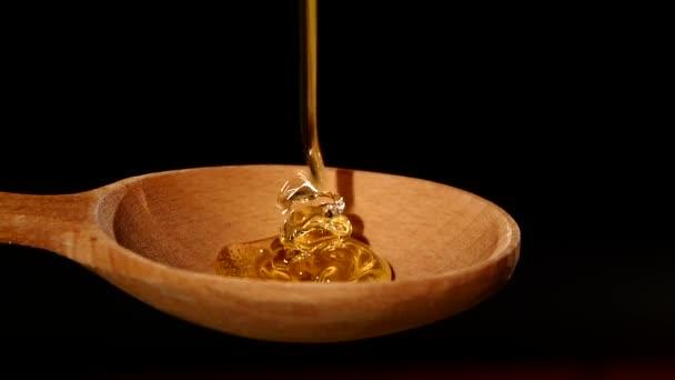 Med z dřevěné honey naběračka na černou, Zpomalený pohyb