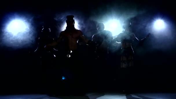 Stripease policista: čtyři osoby, tanec, na tmavé