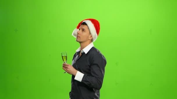 Boldog mosolygó új évvel ezelőtt előest ünneplése a ember, party kalap. zöld képernyő