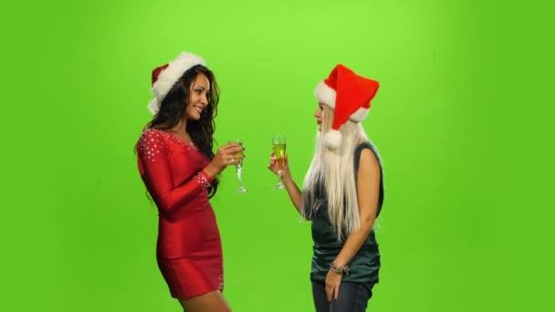 Glamour. Povznesený žena slaví Nový rok, zelená obrazovka