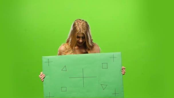 sexy a usměvavá blondýnka, zelené obrazovky, prázdný znak