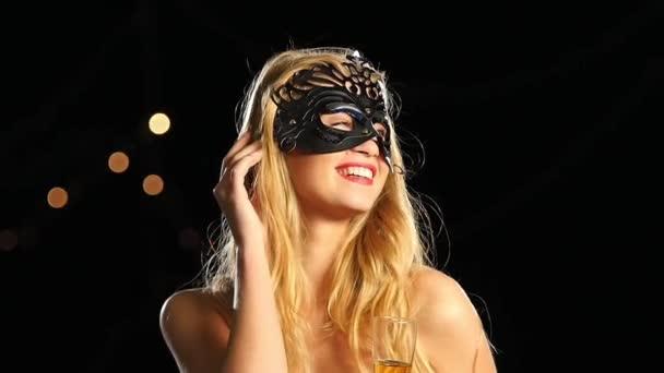 Egy velencei maszkos nő és egy pohár pezsgő. Lassú mozgás. Közelről.