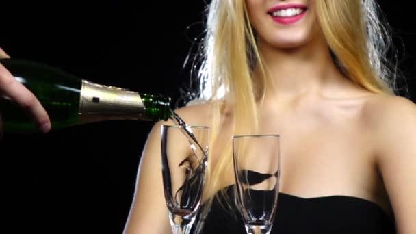 Ember Önt pezsgőt két pohár. Lassított. Közelről