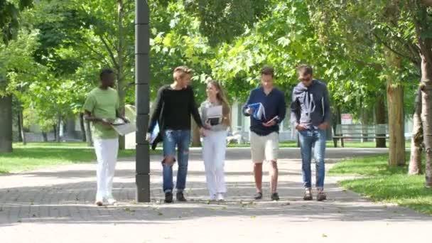 Skupina studentů s Poznámkový blok na chodník venkovní