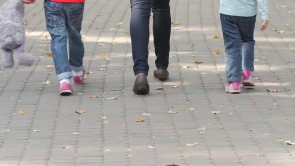 Šťastná rodina na procházce v létě. Dítě s rodiči pohromadě