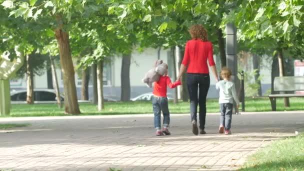 Rodina na procházce v létě. Dítě s matkou společně