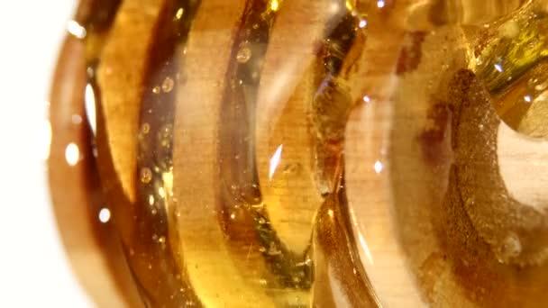 Med z dřevěnou lžící, na bílé, zblízka