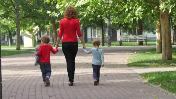 Dítě s matkou společně. Zpomalený pohyb