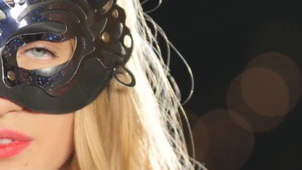 Szexi szőke nő velencei maszk, és a pohár pezsgő, a fekete, bokeh