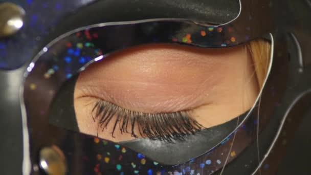 Zavřete oko ženy v benátské masky. zblízka