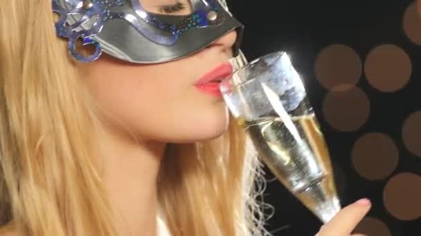 sexy žena s benátské masky a šampaňské, na černé, bokeh