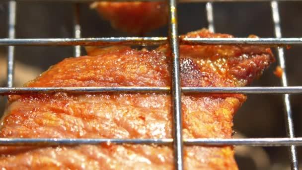 Egy szelet grillezett lédús sertés steak több mint coals, a Brazier, közelről