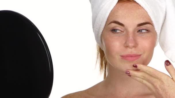 mladá žena vyrovnávací krém na obličej. Zvětšení, zpomaleně