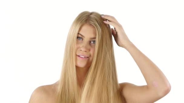 Krásná blondýnka její vlasy. Zpomaleně. Zavřít, koupelna