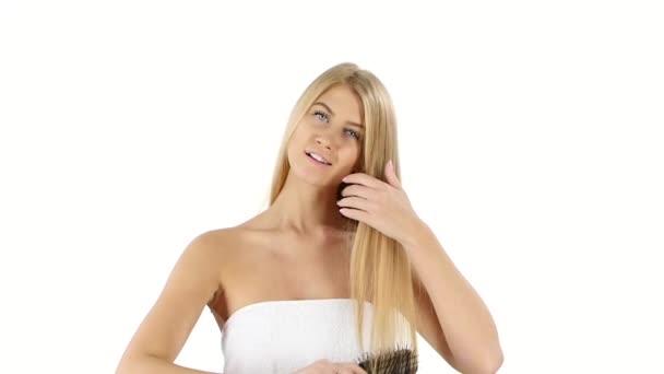 Gyönyörű nő, hosszú egyenes szőke, fogmosás haját, lassú mozgás. Közelről, fürdőszoba