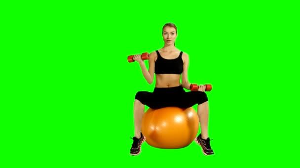 Sport, sedí na míč pilates a cvičení s činkami. Zelená obrazovka