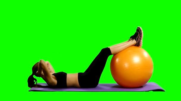sportovní žena v tělocvičně oblečení cvičení pilates míč, zelená obrazovka