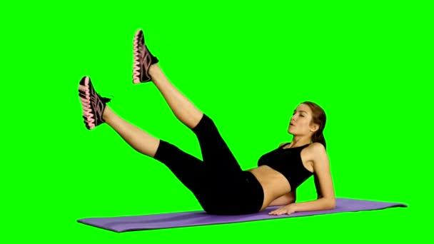 Žena, která dělá sílu cvičení na břišní svaly, tělocvična, zelená obrazovka