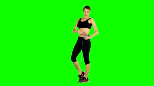 Donna che cattura le misure del corpo, abbigliamento sportivo, schermo verde