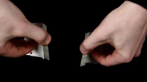 Hrací karty, na černém povrchu kouzelníkem, pomalý pohyb