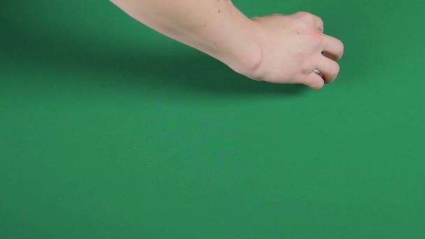 Karten, die wie ein Kreis auf einer grünen Oberfläche von Magier verteilt werden, Zeitlupe
