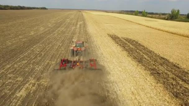 příprava půdy k setí traktor. Letecký snímek, pole kukuřice