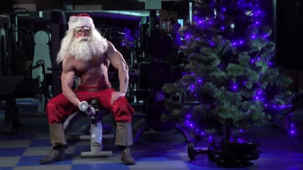 Santa in a gym training biceps 001