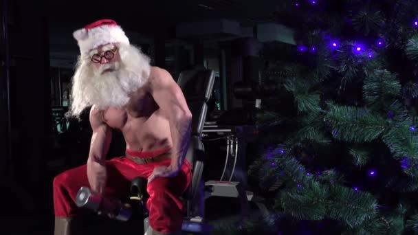 Weihnachtsmann im Fitnessstudio trainiert Bizeps 006