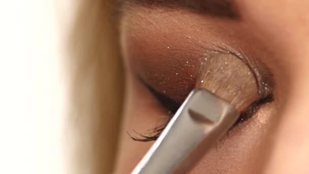 Perfektní make-up. Krása. Řasy. Kosmetické oko. zblízka. Zpomaleně