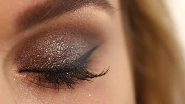 Řasy. Kosmetické oční stíny. zvětšení, zpomaleně