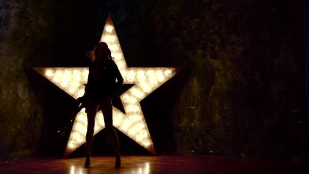 lány játszik a gitár, lassú mozgás, silhouette