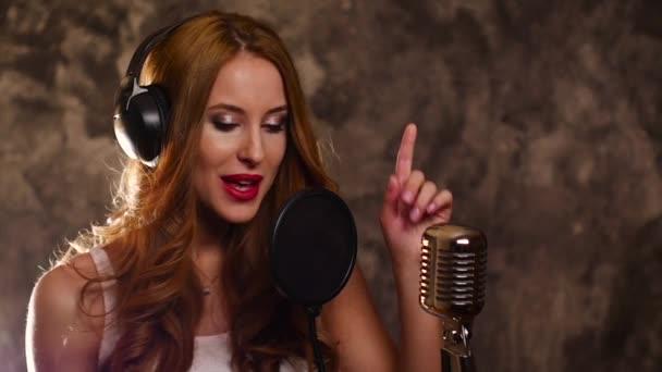 žena zpěvák nahrávání písně v hudebním studiu, zpomalené, zblízka