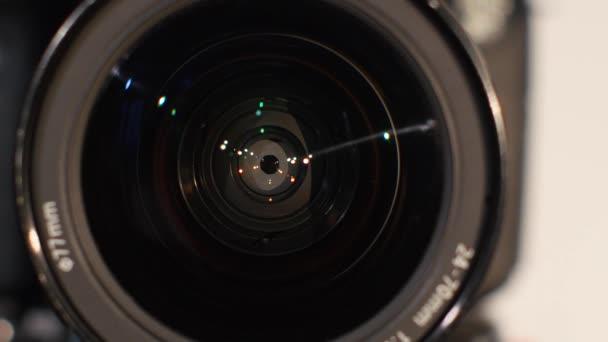 A kamera lencsetorának rekesze, közelről, nyitott