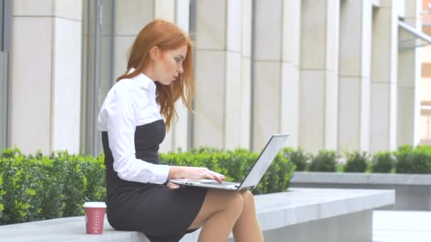 podnikání žena pomocí přenosného počítače s šálkem kávy na terase