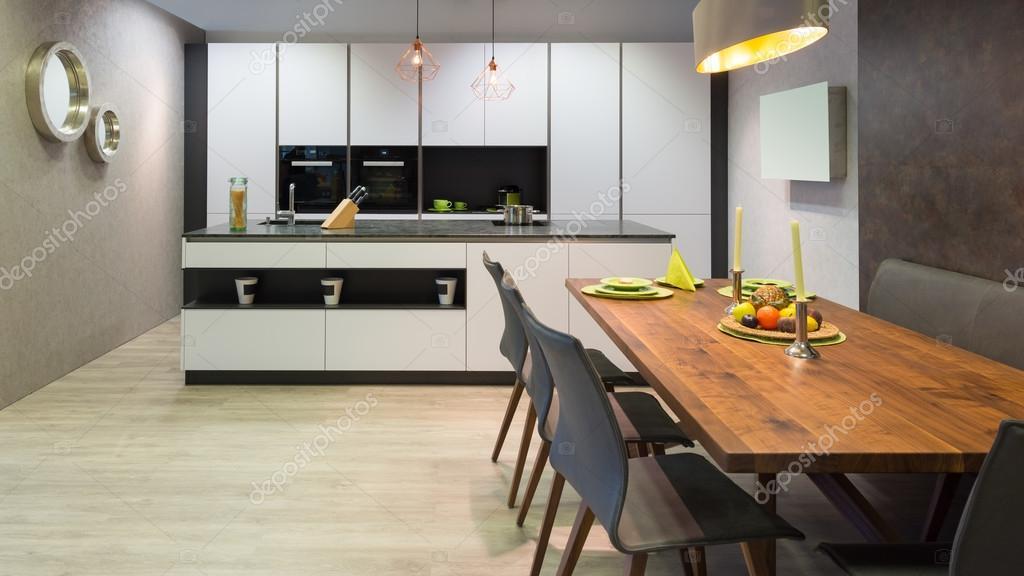 Flache Weiße Küche Mit Insel Und Hölzernen Esstisch U2014 Foto Von A4ndreas