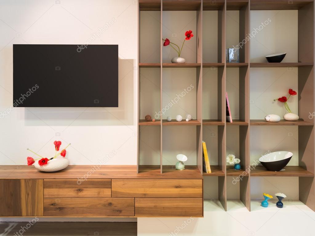 Televisie op wandapparaten een houten houten plank met decoratie