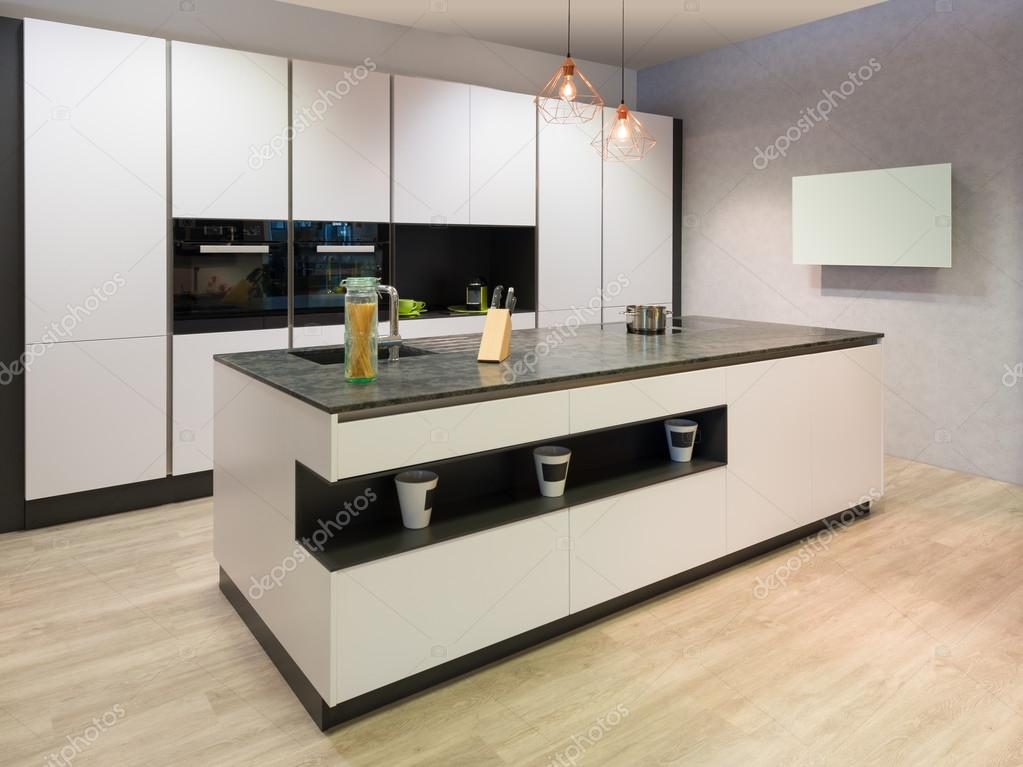 Tv In Keuken : Moderne platte witte keuken met eiland en tv koken u stockfoto