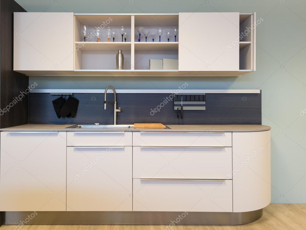 cocina americana beige pequeña cocina con fregadero y mueble — Foto ...