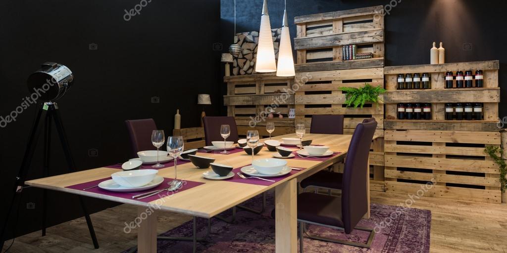 内装のダイニング テーブル木製パレット、棚として — ストック写真