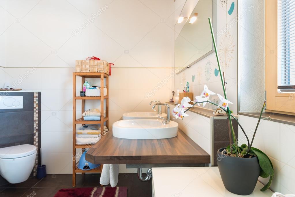 Decoratie Voor Badkamer : Detail van bekken op een houten bord met decoratie in badkamer