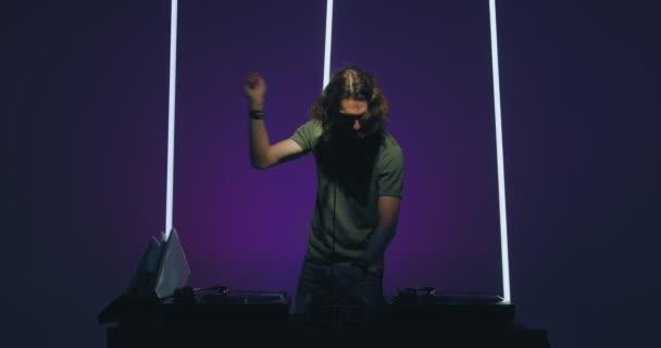 Super DJ tanec u mixéru, rocková párty v nočním klubu. Noční život a DJ představení