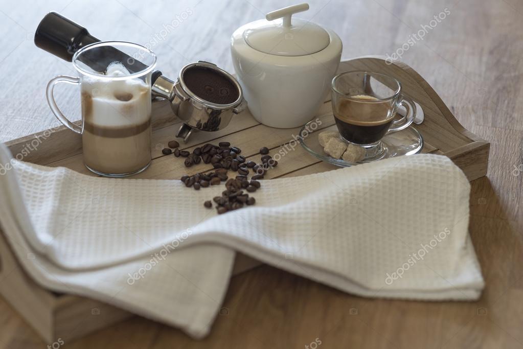 Vassoi In Legno Con Vetro : Vassoio in legno con vetro di latte macchiato e caffè espresso