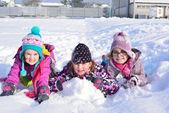 Tři dívky, které hrají ve sněhu