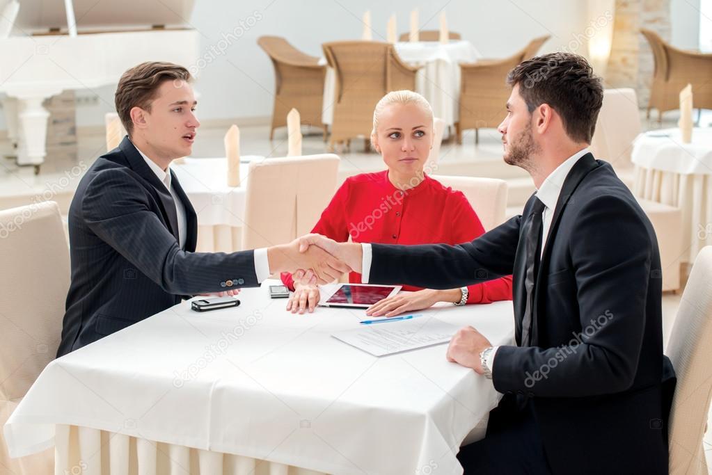 Business Vertrag. drei erfolgreiche und zuversichtlich ...