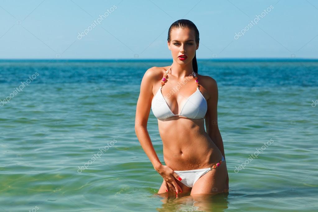 donna bagnata giovane in bikini bianco — Foto Stock © evarlamov ...