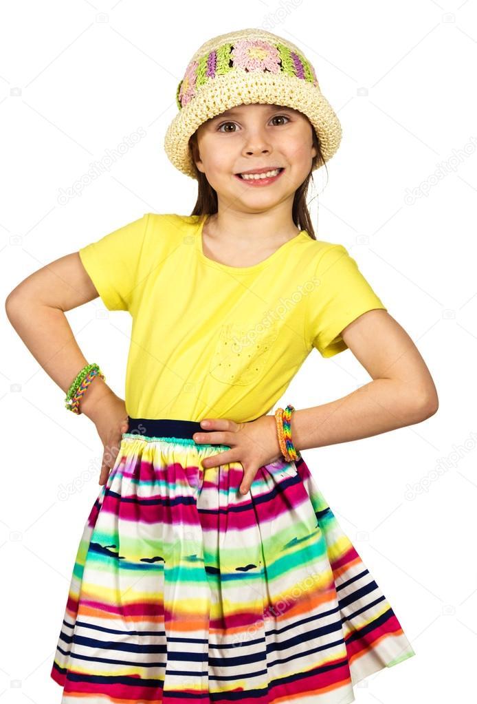 32970fe02b98 Moda bambina sveglia in estivi colorati vestiti e cappello che tengono le  mani sulla cintura su un fondo bianco — Foto di ...