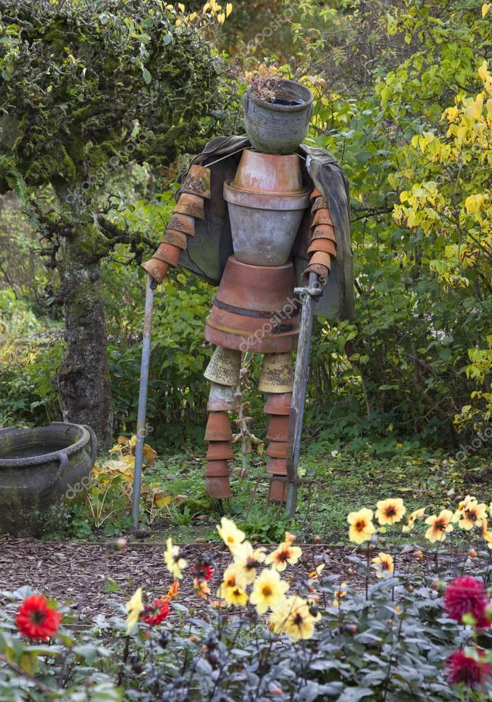 homme de pot de fleurs au potager photo 97074772